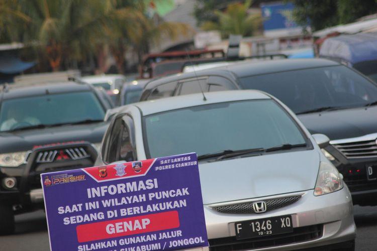Setiap akhir pekan di masa PPKM level 2 di Kabupaten Cianjur, Jawa Barat, petugas memberlakukan sistem ganjil genap di jalur Puncak.