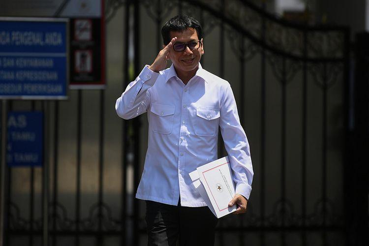 Pendiri NET TV Wishnutama memberi hormat saat meninggalkan Kompleks Istana Kepresidenan, Jakarta, Senin (21/10/2019). Menurut rencana, Presiden Joko Widodo akan memperkenalkan jajaran kabinet barunya kepada publik hari ini usai dilantik Minggu (20/10/2019) kemarin untuk masa jabatan keduanya periode tahun 2019-2024 bersama Wapres Maruf Amin.