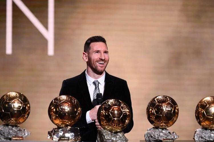 Lionel Messi meraih trofi Ballon dOr keenamnya pada 2019.
