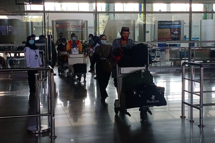 Sejumlah pekerja migran atau TKI tiba di Bandara Internasional Juanda pada Selasa (18/5/2021). Setibanya di Bandara, mereka langsung dibawa ke RS Asrama Haji untuk menjalani karantina.