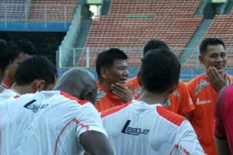 Pelatih Persija Jakarta, Benny Dollo, saat memimpin latihan pasukannya.
