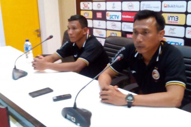 Pelatih kepala Sriwijaya fc, Widodo Cahyono Putro (kanan)
