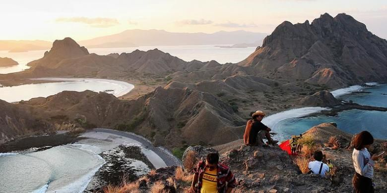 Wisatawan berfoto di puncak bukit di Pulau Padar dengan latar belakang teluk-teluk yang ada di pulau yang berada di kawasan Taman Nasional Komodo di Kabupaten Manggarai Barat, Nusa Tenggara Timur, tersebut, 31 Agustus 2015.