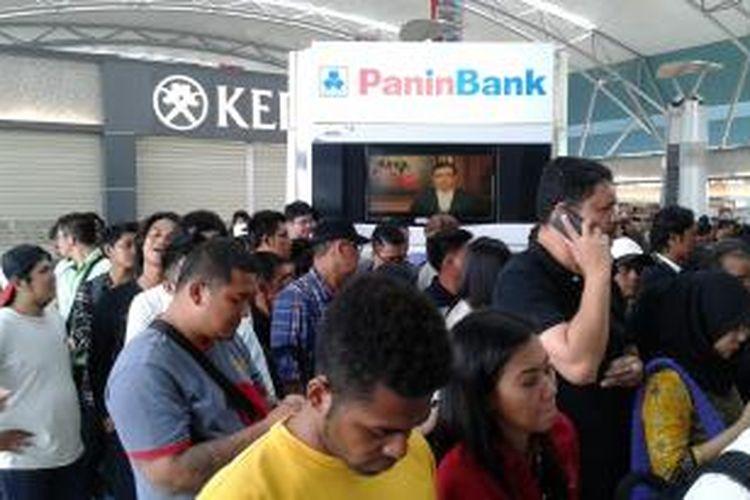 Puluhan penumpang Lion Air yang memiliki jadwal keberangkatan hari ini, Jumat (20/2/2015), antre untuk melakukan refund di depan ruangan PT Angkasa Pura II di Terminal 3 Bandara Soekarno-Hatta.
