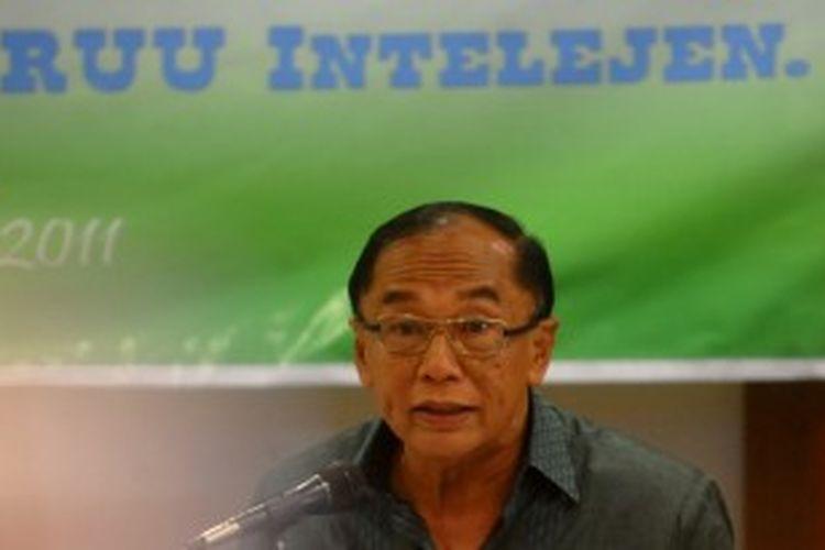 Anggota Komisi I Dewan Perwakilan Rakyat (DPR), Sidarto Danusubroto saat menjadi pembicara dalam diskusi 'Mengurai Kontroversi RUU Intelijen' di Jakarta, Kamis (14/4/2011).