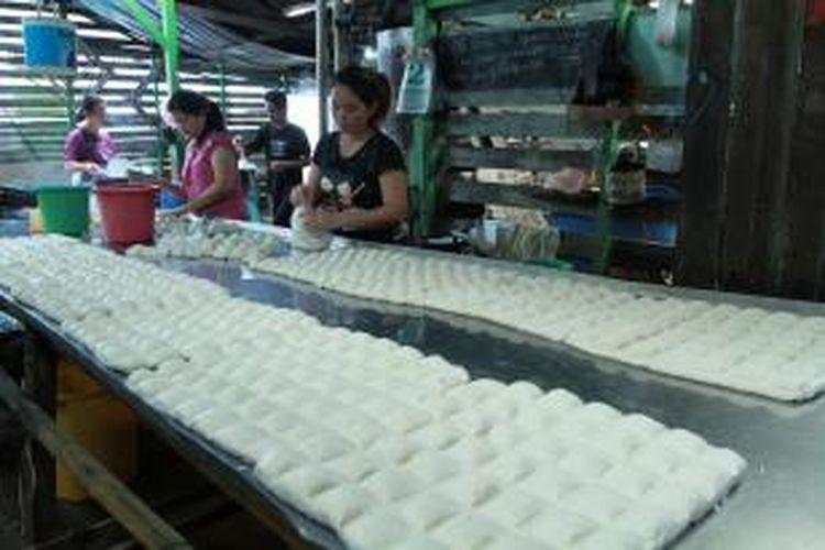 beberapa pekerja sedang memproduksi tahu di salah satu industri pembuatan tahu di Kota Singkawang (2/9/2013). Melambungnya harga bahan baku kedelai disertai susahnya memperoleh bahan baku membuat pengusaha khawatir tidak bisa berproduksi.