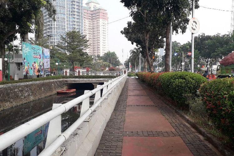 Suasana Kali Puri dan jalan setapak di depan kantor Wali Kota Jakarta Barat pada Rabu (25/7/2018).