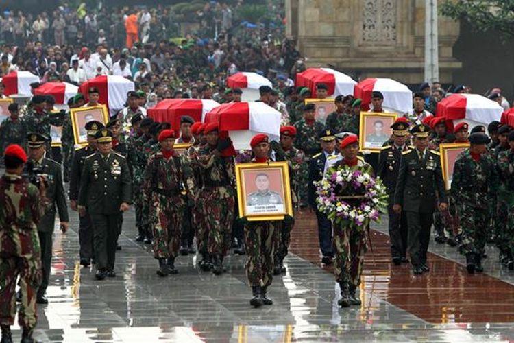 Pemakaman jenazah korban jatuhnya helikopter Bell 412 EP milik TNI Angkatan Darat di Taman Makam Pahlawan Kalibata, Jakarta, Selasa (22/3/2016).