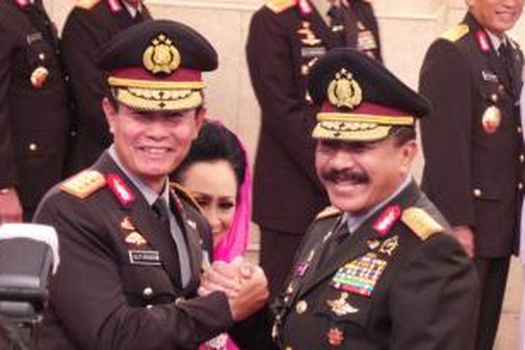 Jenderal Timur Pradopo (kanan) saat memberikan selamat kepada Kepala Polri baru Komjen Sutarman sesuai pelantikan di Istana Negara