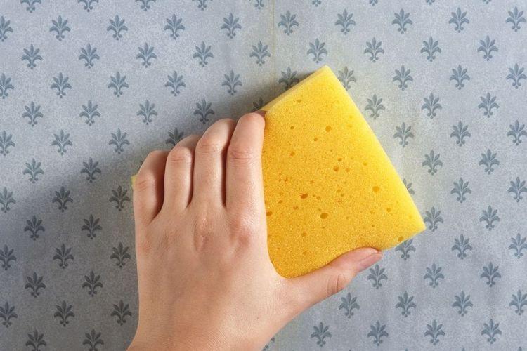 Bersihkan sisa lem dengan spons beberapa kali.