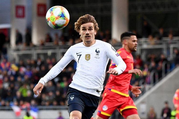 Antoine Griezmann mencoba mengejar bola pada pertadingan Andorra vs Perancis dalam lanjutan kualifikasi Euro 2020 di Stadion Nasional Andorra La Vella, 11 Juni 2019.