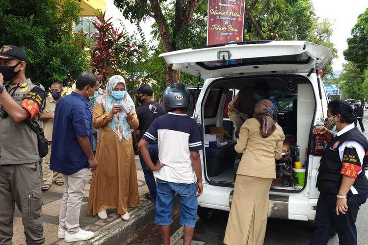 Warga Kota Ambon yang tidak memakai masker langsung menjalani rapid tes di tempat saat tim satgas Covis-19 menggelar operasi penertiban di sejumlah kawasan di Kota Ambon, Selasa (15/12/2020)