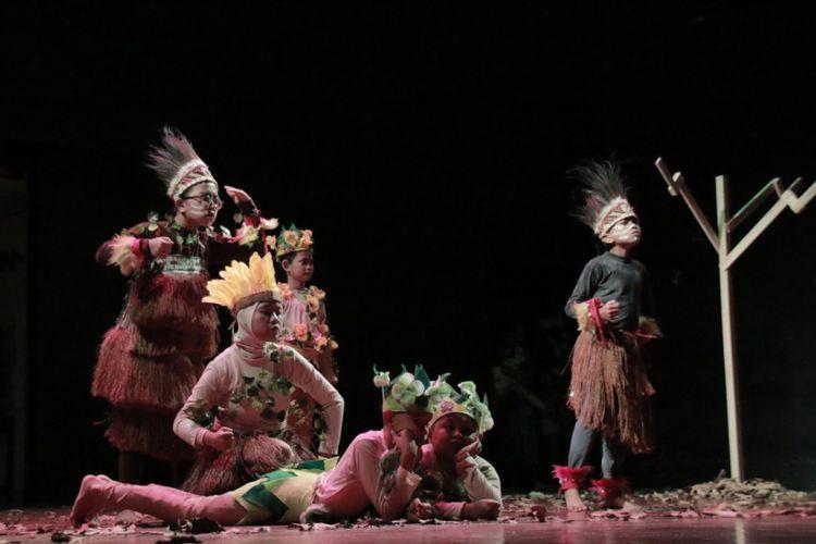 Tanpa ucap, hanya gerak tubuh, anak-anak tuli memulai aksinya dalam kreasi pertunjukkan teatrikal dari Teater 7 bertajuk ?Papua Kakakku? (14/9/2019) Teater Kecil Taman Ismail Marzuki, Cikini, Menteng, Jakarta.