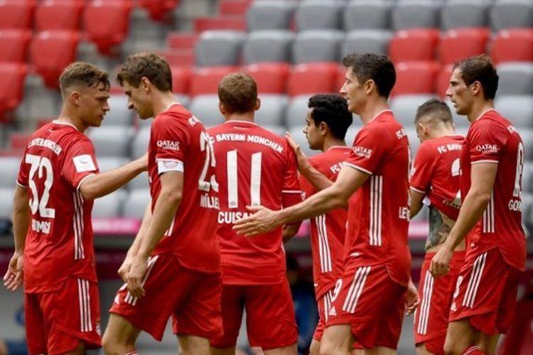Robert Lewandowski dan para pemain Bayern Muenchen lainnya merayakan gol ke gawang Freiburg pada laga pekan ke-33 Bundesliga yang digelar di Allianz Arena, Sabtu (20/6/2020) malam WIB.