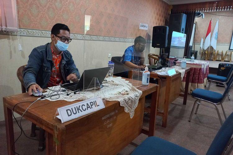 Staf Sudin Dukcapil di Posko PPDB Jakarta Barat Wilayah 2 di SMAN 78 Jakarta, pada Kamis (17/6/2021).