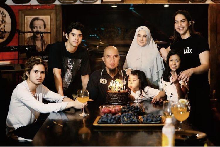 Ahmad Dhani berfoto bersama istri dan anak-anaknya di hari ulang tahun. (Bidikan layar Instagram Ahmad Dhani).