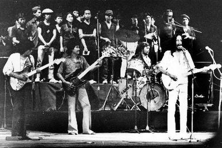 Gombloh dkk (kanan depan) tampil dengan timpang, tanpa menggarap panggung.