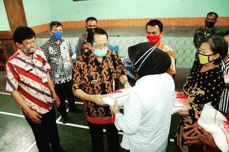 Bupati Semarang Mundjirin menyerahkan bantuan beras kepada warga rawan pangan.