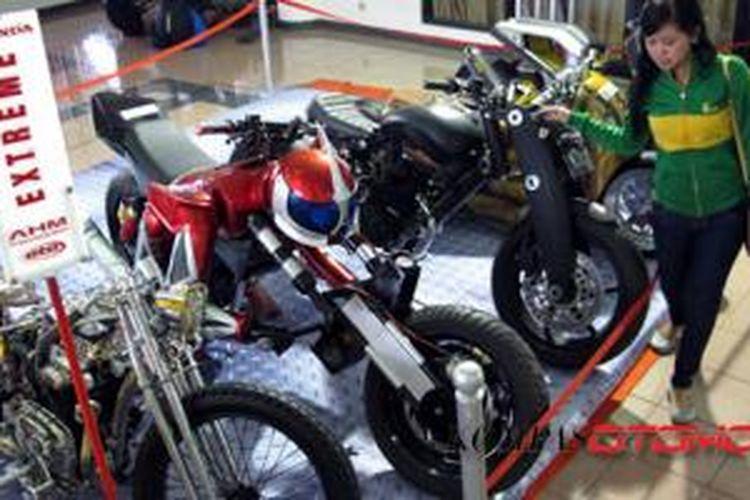 Pengunjung menikmati sepeda motor Honda modifikasi di