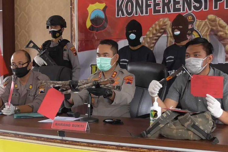 Aparat Polres Temanggung, Jawa Tengah, menangkap dua orang yang diduga telah mencuri kayu manis di kawasan hutan lindung di Desa Jetis, Kecamatan Selopampang, Kabupaten Temanggung.