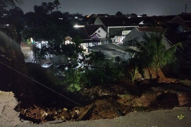 Kondisi turap perumahan yang longsor dan menimpa rumah warga  di kawasan Ciputat Timur, Tangerang Selatan, Sabtu (12/6/2021) dini hari.