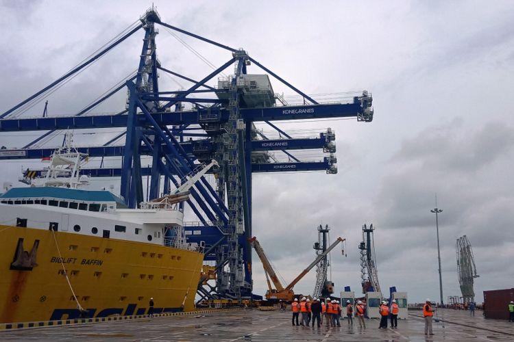 Tiga container crane berkapasitas 45 ton buatan Finlandia tiba di Pelabuhan Kualatanjung Multipurpose Terminal (KTMT), Kabupaten Batubara, Sumatera Utara, Kamis (13/12/2018)