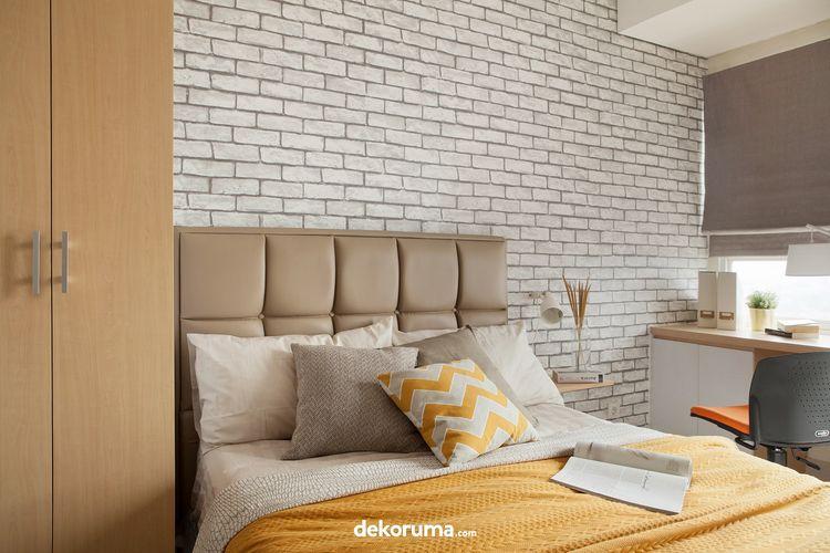 Cobalah tambahkan dengan warna kontras di kamar tidur. Aplikasikan pada salah satu bagian dinding, sehingga kamar tidur menjadi lebih atraktif.