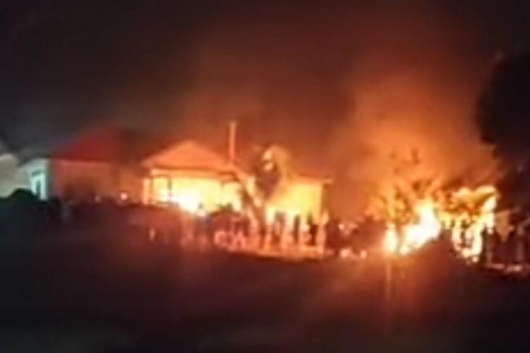 Situasi Mapolsek Candipuro yang dibakar massa, Selasa (18/5/2021) tengah malam.