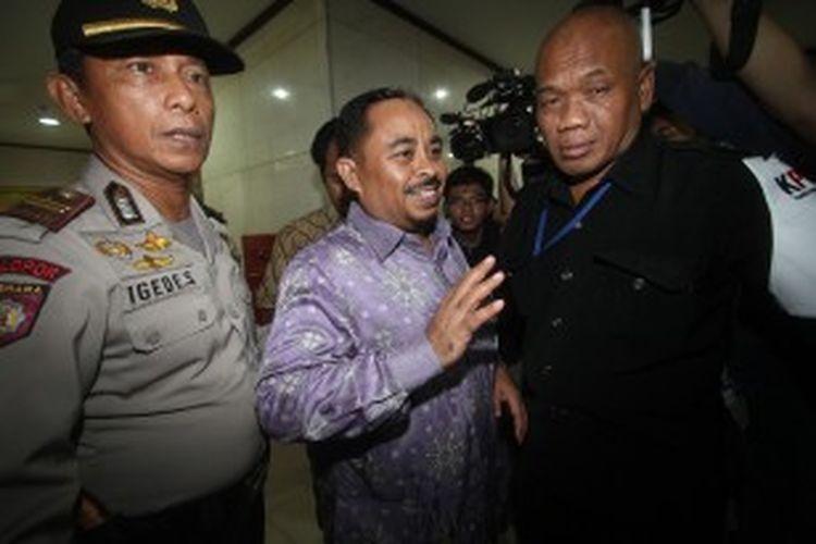 Terdakwa Luthfi Hasan Ishaaq (tengah) bersiap menjalani sidang perdananya di Pengadilan Tindak Pidana Korupsi Jakarta, Senin (24/6/2013). Luthffi diajukan ke pengadilan karena diduga terlibat dalam kasus suap kuota impor daging sapi di Kementrian Pertanian.