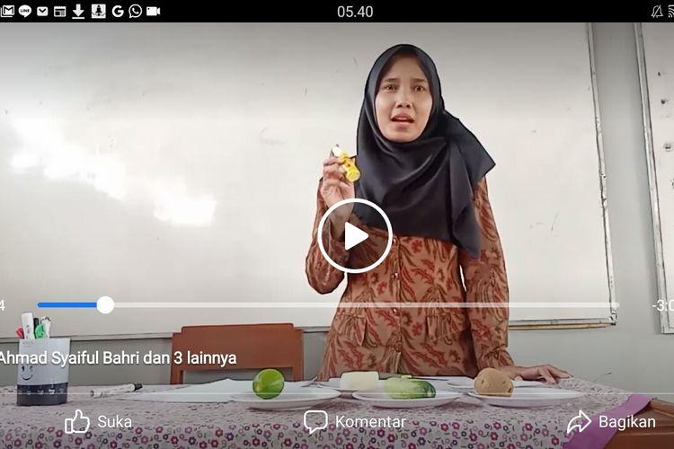 Krista Adayu, guru kelas VI SDN Gumilir 06, Cilacap, Jawa Tengah membuat vlog untuk tutorial kepada siswanya yang ditugaskan membuat percobaan amilum pada makanan dan sayuran di rumah.