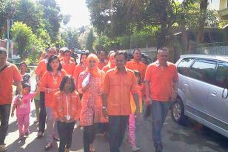 Calon Walikota Bogor, Bima Arya beserta istri, Yeni Rahman, dan keluarganya nampak berjalan kaki menuju TPS 21.