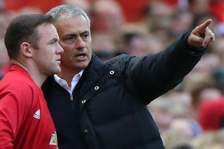 Manajer Manchester United, Jose Mourinho (kanan), berbincang dengan salah satu pemainnya, Wayne Rooney, dalam laga Premier League kontra Stoke City, di Stadion Old Trafford, 2 Oktober 2016.