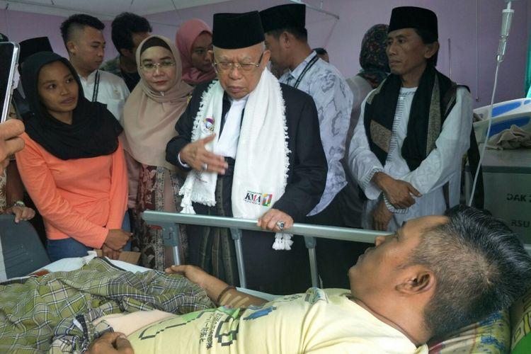 Calon wakil presiden nomor urut 01 Maruf Amin menjenguk korban tsunami Selat Sunda yang dirawat di RSUD Berkah Pandeglang, Selasa (25/12/2018).