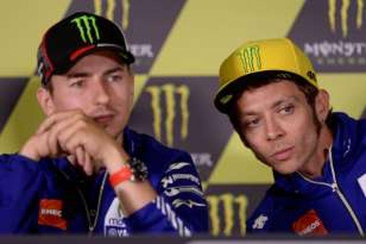 Pebalap Movistar Yamaha, Valentino Rossi (kanan) dan Jorge Lorenzo, menghadiri konferensi pers jelang GP Catalunya di Sirkuit de Barcelona-Catalunya, Kamis (2/6/2016).