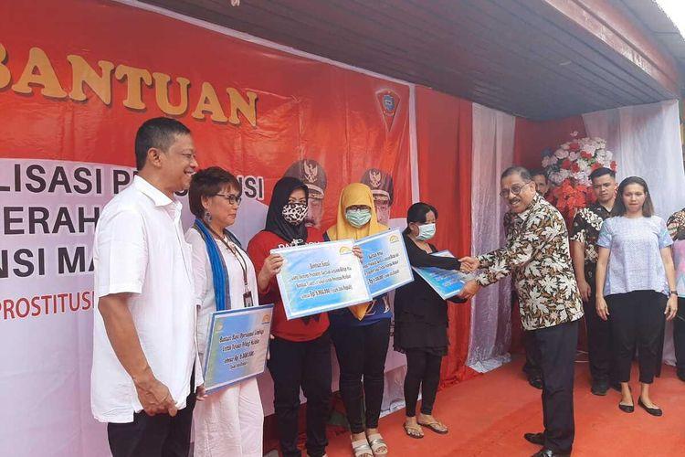 Wali Kota Ambon Richard Louhenapessy memberikan bantuan sosial dari kementrian sosial kepada para perwakilan pekerja sosial perempuan (PSP) saat acara penutupan lokalisasi Tanung Batu Merah, Ambon, Kamis (6/2/2020)
