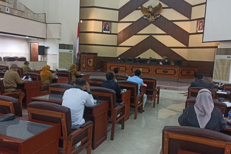 Rapat dengar pendapat Komisi D DPRD Jember dengan Dinkes dan rumah sakit terkait penannganan Covid-19