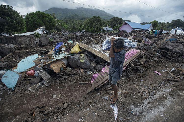 Seorang bocah membawa karung berisi bantuan logistik untuk korban tanah longsor di Desa Nelelamadike, Ile Boleng, Kabupaten Flores Timur, Nusa Tenggara Timur (NTT), Kamis (8/4/2021). Sebanyak 55 orang meninggal, satu orang masih dalam pencarian, dan ratusan orang mengungsi akibat tanah longsor dari Gunung Ile Boleng pada Minggu (4/4).  ANTARA FOTO/Aditya Pradana Putra/hp.