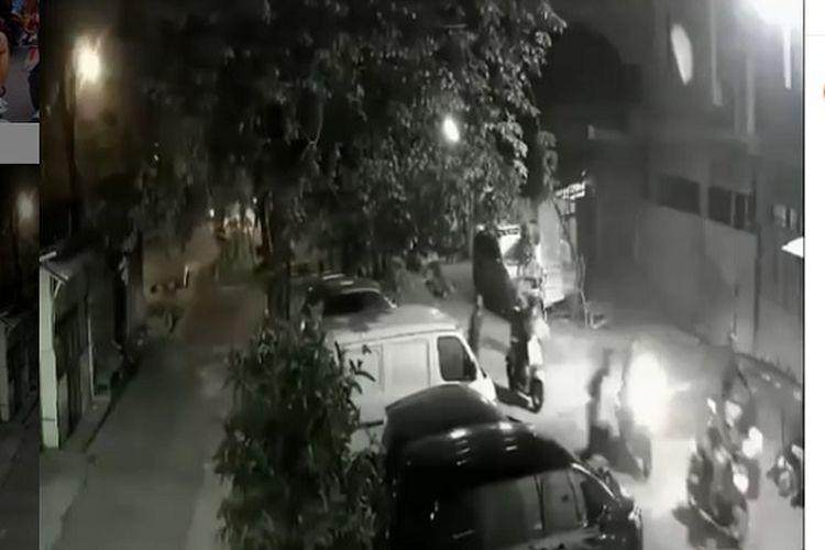Sebuah video yang memperlihatkan geng motor hendak menyerang warga di Jalan Semut Raya, Bekasi, Jawa Barat viral di media sosial. Peristiwa itu disebut terjadi hari Minggu (10/5/2020) kemarin.