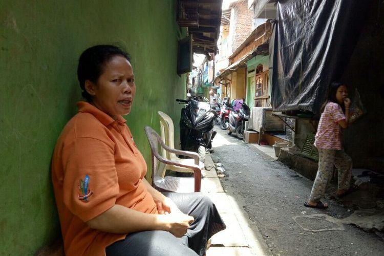Seorang wanita, Zubaedah (45) bisa disebut telah bersahabat dengan banjir yang kerap merendam rumahnya di Kampung Pulo, Kampung Melayu, Jatinegara, Jakarta Timur.