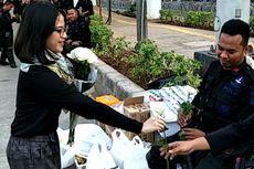 Mahasiswa Bagi-bagi Bunga Mawar untuk Polisi yang Siaga di Bawaslu