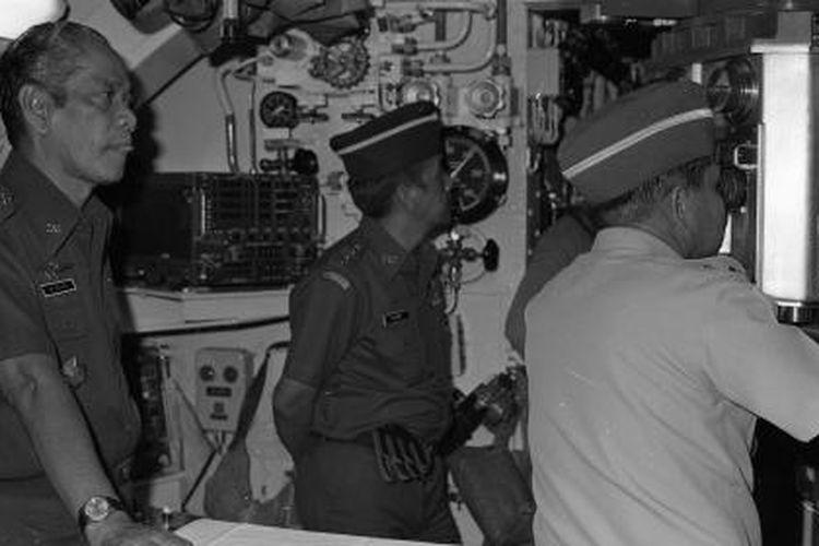 Dari kiri: Menhankam/Pangab Jenderal M. Jusuf, Letjen TNI M. Sanfi dan Panglima Armada RI Laksamana Muda R. Kasenda sedang mengamat periskop di dalam kapal selam KRI Nanggala pada kedalaman 13 meter di bawah permukaan Laut Jawa depan Pulau Madura, Rabu, 16 Maret 1983