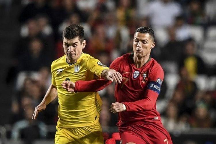 Ruslan Malinovskyi menghalang-halangi pergerakan Cristiano Ronaldo pada pertandingan Portugal vs Ukraina di Stadion Da Luz dalam babak kualifikasi Piala Eropa 2020, 22 Maret 2019.