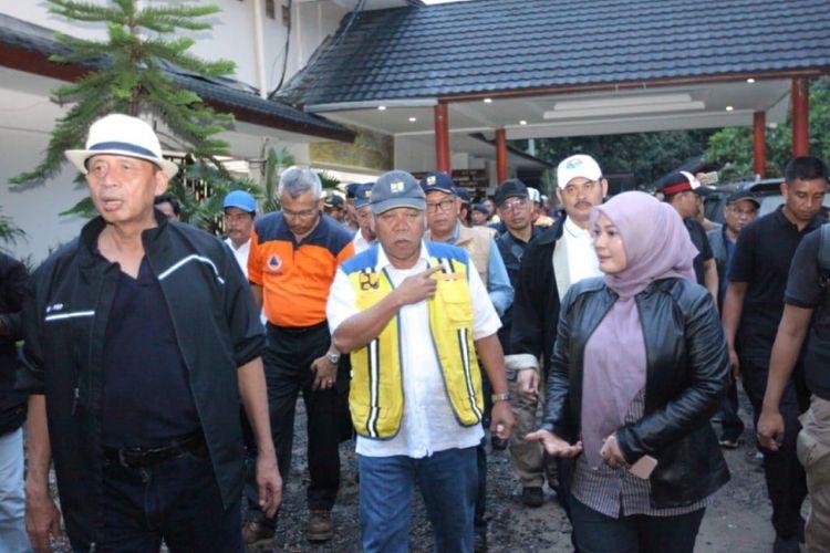Menteri PUPR Basuki Hadimuljono saat mengecek kondisi pasca-tsunami yang melanda wilayah Pandeglang, Banten, Minggu (23/12/2018).