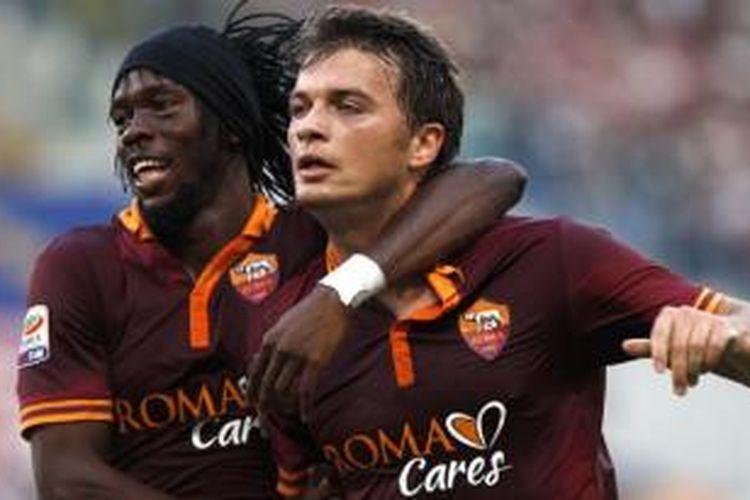Penyerang AS Roma Gervinho (kanan) dan Adem Ljajic.