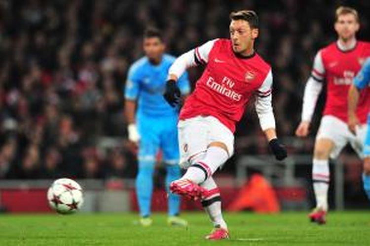 Gelandang Arsenal, Mesut Oezil saat mengeksekusi penalti ke gawang Marseille pada pertandingan kelima fase grup Liga Champions, di Emirates Stadium, Selasa (26/11/2013). Arsenal sementara unggul 1-0 atas Marseille hingga akhir babak pertama.