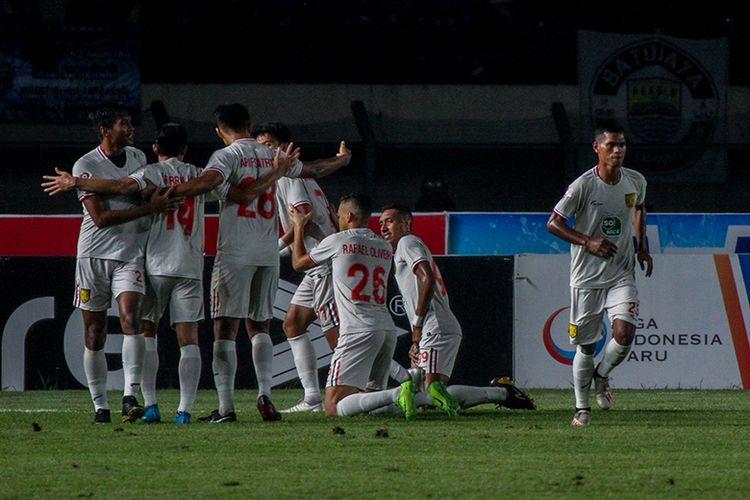 Para pemain Persela Lamongan merayakan gol keduanya ke gawang Persib Bandung, saat kedua tim bertemu pada pekan ke-30 Liga 1 2019, di Stadion Si Jalak Harupat, Selasa (3/12/2019).