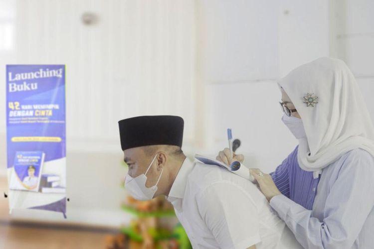 Ketua DPW PAN Jawa Barat Desy Ratnasari sedang menandatangani buku yang diluncurkan terkait Deni Ramdhani Sagara sebagai wakil bupati 42 hari tersingkat di Indonesia di kediaman Deni di Jalan Sukahening, Kabupaten Tasikmalaya, Selasa (6/4/2021).