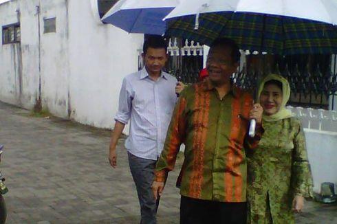 Di TPS, Mahfud MD Bantu Lansia Turun dari Becak