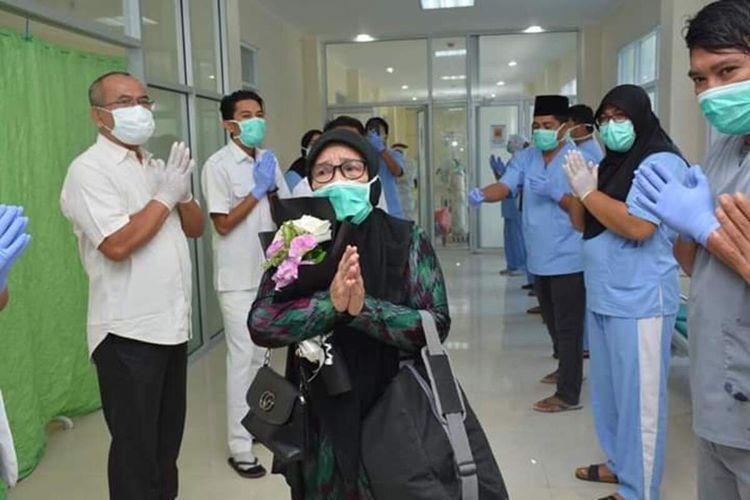Satu pasien positif corona telah dinyatakan sembuh setelah kurang lebih dua pekan di rawat di RSUD Bima. Kini sang pasien telah kembali ke rumahnya untuk melakukan isolasi mandiri.