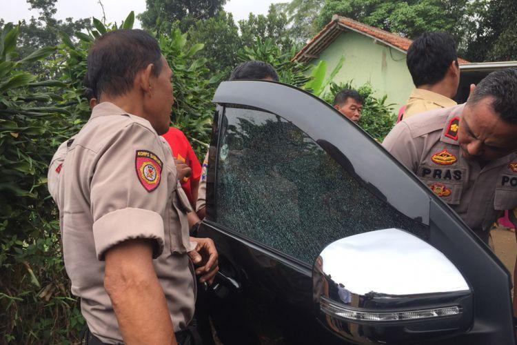 Mobil guru ngaji ditembak orang tidak dikenal, Jalan Porek, Bedahan, Sawangan, Senin (14/1/2019).